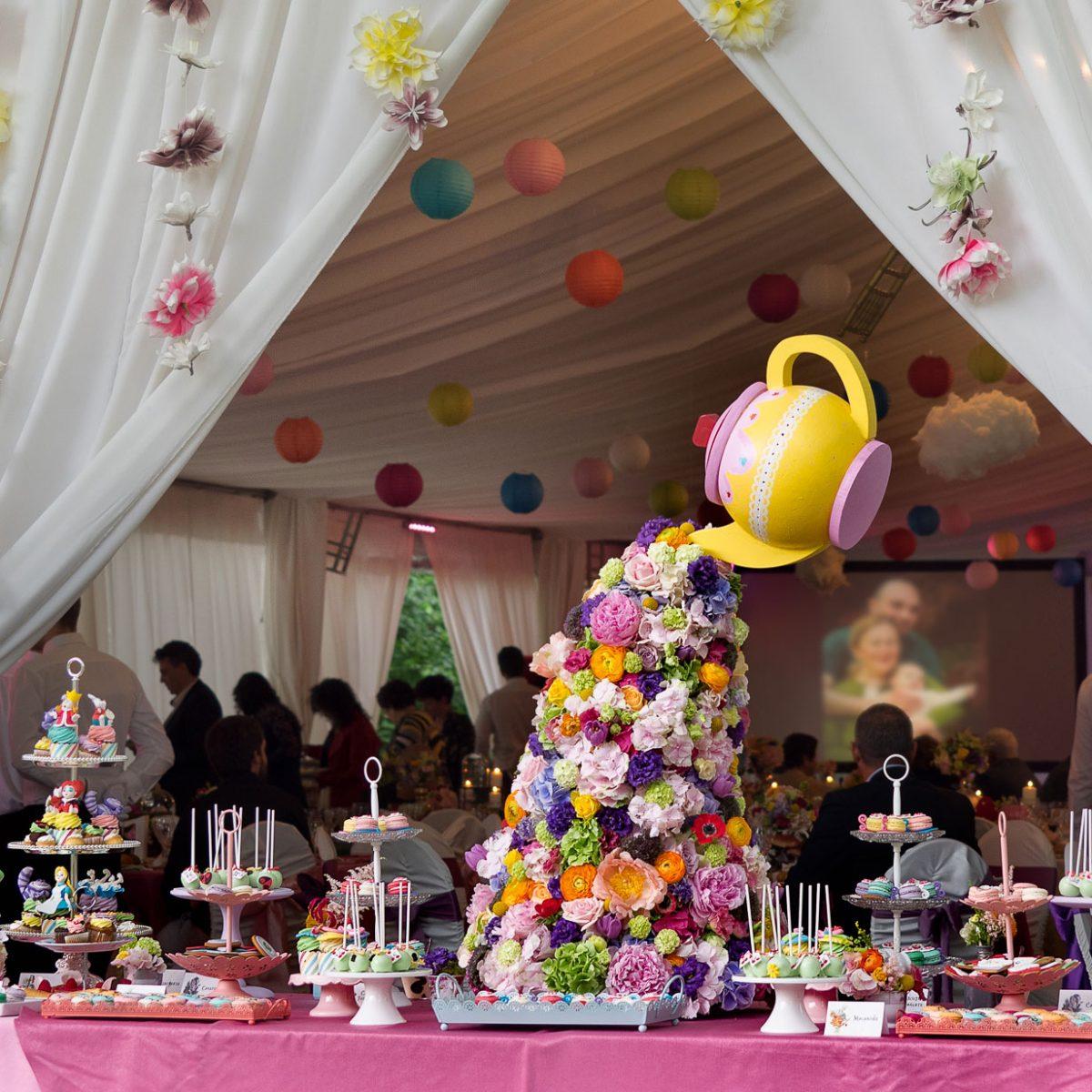 aranjament floral candy bar botez alice tara minunilor