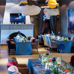 cina pe lung setup decor masa lungime flori sfesnice scaune
